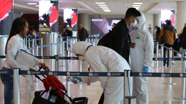 Cuerpo de Bomberos de Quito se sumaron al control en el Aeropuerto Internacional Mariscal Sucre, en Tababela. Fotos: Vicente Costales / EL COMERCIO