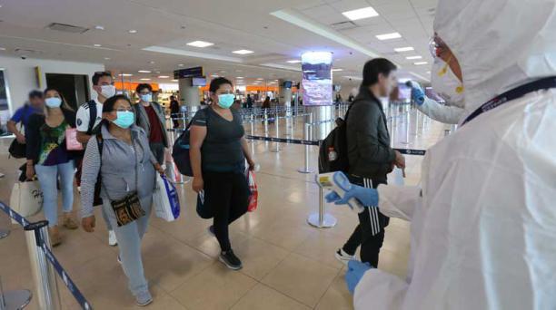 Los pasajeros de avión de tres países deberán llenar un formulario de viajero antes de ingresar al Ecuador. Foto: Vicente Costales/ EL COMERCIO