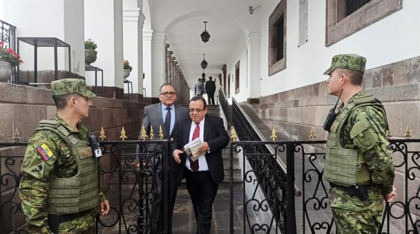 Miguel García (centro) abandona el Palacio de Carondelet, luego de la reunión con autoridades. Foto: Vanessa Silva / EL COMERCIO