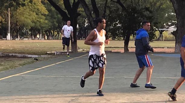 Ronaldinho disputó un partido en el centro penitenciario donde permanece viernes 6 de marzo del 2020. Foto: captura de pantalla desde el