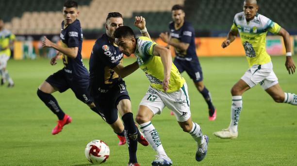 El ecuatoriano Ángel Mena (centro) se lleva el balón ante la marca de jugadores de los Pumas de la UNAM. Foto: AFP