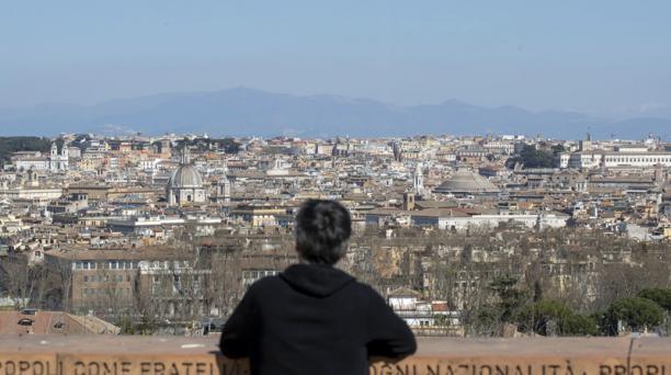 Los niveles de dióxido de nitrógeno han disminuido en Italia, tras la cuarentena forzada. Este es un gas altamente tóxico para la salud. Foto: EFE