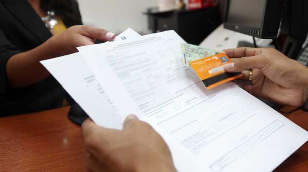Dos bancos y la Unión de Cooperativas de Ecuador emitieron disposiciones para ayudar a los clientes que mantienen deudas por créditos o tarjetas con esas entidades financieras. Foto: Archivo/ EL COMERCIO