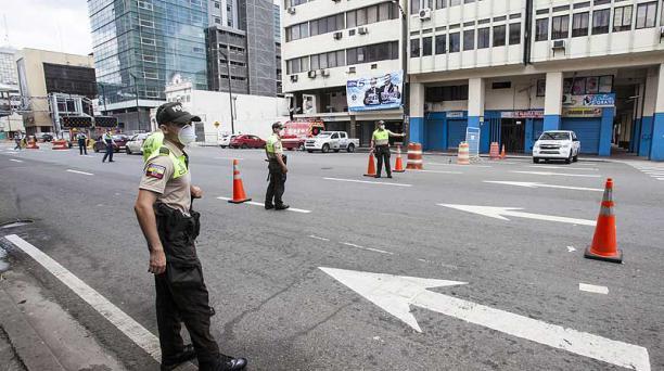 La Policía hace control en la av. Quito, uno de los puntos estratégicos en Guayaquil. Foto: Enrique Pesantes / EL COMERCIO