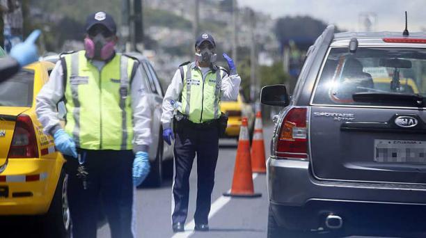 El Municipio de Quito informó que si el vehículo es retenido, no será entregado sino hasta que termine la emergencia sanitaria por el covid-19. Foto: Diego Pallero / EL COMERCIO