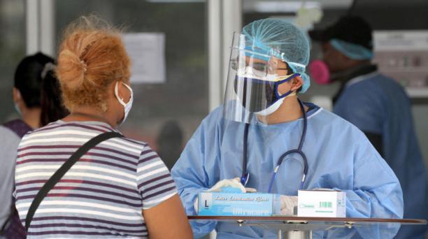 La Red Unión Nacional de Enfermeras y Enfermeros del Ecuador pide que se garantice la seguridad del personal que trabaja directamente con los pacientes contagiados de covid-19 en el país. Foto: AFP.