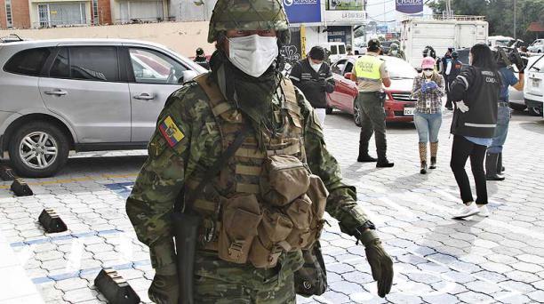 Un miembro de FF.AA. hace su trabajo en el sector de Conocoto, en las afueras de Quito. Foto: Eduardo Terán / EL COMERCIO