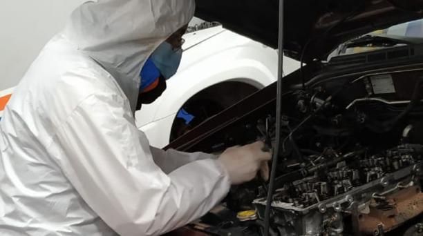 Los trabajadores de los talleres mecánicos deben brindar el servicio con las respectivas prendas de seguridad para evitar el contagio de covid-19. Foto: Cortesía