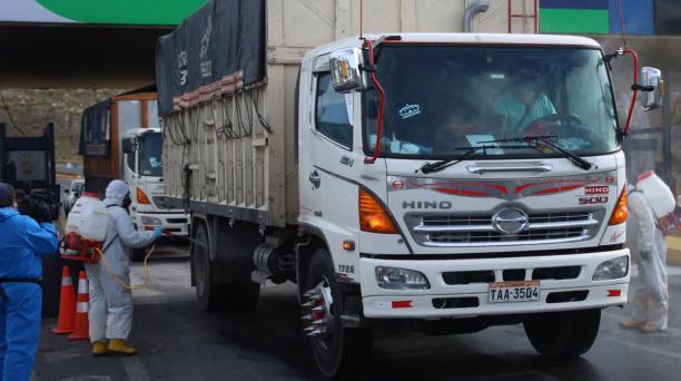 Los camiones de carga de alimentos son fumigados en la zona de Panzaleo (Cotopaxi).
