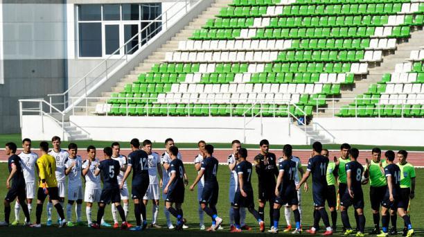 Un partido oficial por el torneo en Turkmenistán se jugó entre los equipos Altyn Asyr y Kopetdag el 19 de abril del 2020. Fotos: AFP