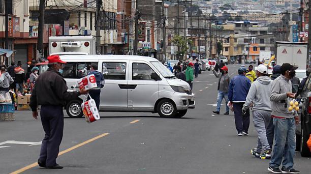 En el sur de Quito, el incumplimento de las medidas de aislamiento es notorio. En la calle Toacazo, este fin de semana, los vendedores ambulantes circulaban sin restricciones