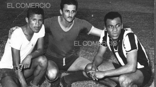 Alberto Spencer Herrera (der), posa con Jorge Bolaños y Carlos Raffo, el 29 de noviembre de 1960. Foto: Archivo Histórico EL COMERCIO