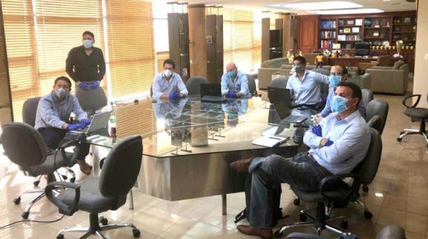 Jaime Estrada (tercero, desde la derecha) en una reunión con personeros de la LigaPro el 27 de abril del 2020. Foto de la cuenta Twitter @FEFecuador