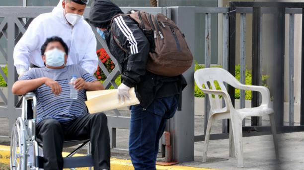 Un paciente en silla de ruedas ingresa en el Centro de Convenciones, donde el municipio de Guayaquil estableció un hospital de campaña para personas infectadas con el nuevo coronavirus. Foto: AFP