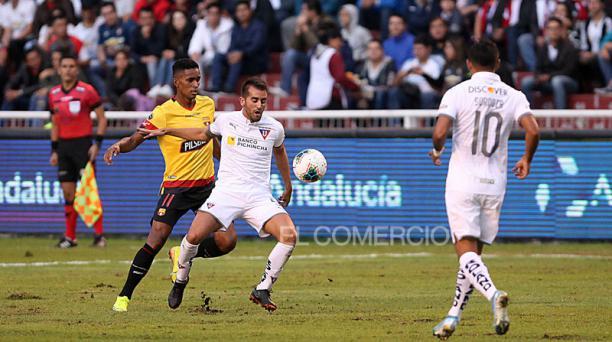 Un partido entre Liga de Quito y Barcelona, en marzo del 2020. Foto: Julio Estrella / Archivo / EL COMERCIO