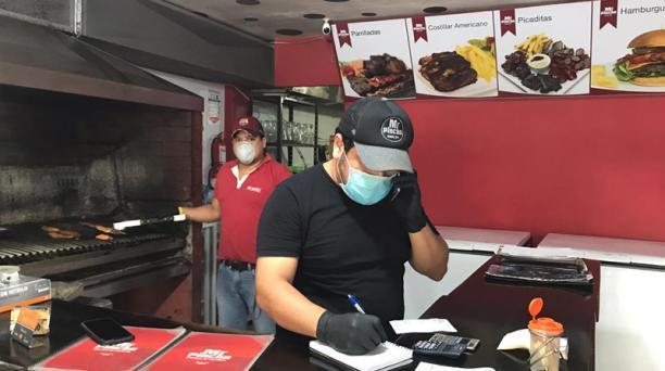 En Santo Domingo de los Tsáchilas, la firma de restaurantes de carnes al carbón Mr. Pincho atiende pedidos en línea que luego envía por los servicios a domicilio en motocicletas. Foto El Comercio.