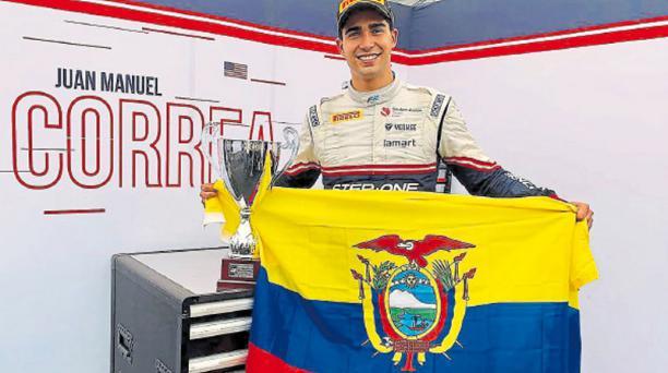 El piloto Juan Manuel Correa festeja con la bandera de Ecuador, en una de las pruebas de la Fórmula 2, en el campeonato del año pasado. Cortesía