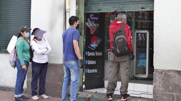 Un establecimiento de arreglo de celulares y venta de accesorios abrió la atención a clientes en su tienda. Foto: Eduardo Terán/ EL COMERCIO.