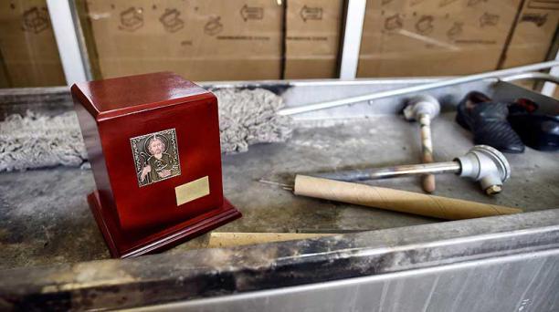 Las autoridades recomiendan no velar a los fallecidos por covid-19 o con sospecha de haber contraído la enfermedad, y cremar o inhumar el cuerpo inmediatamente. Foto: AFP