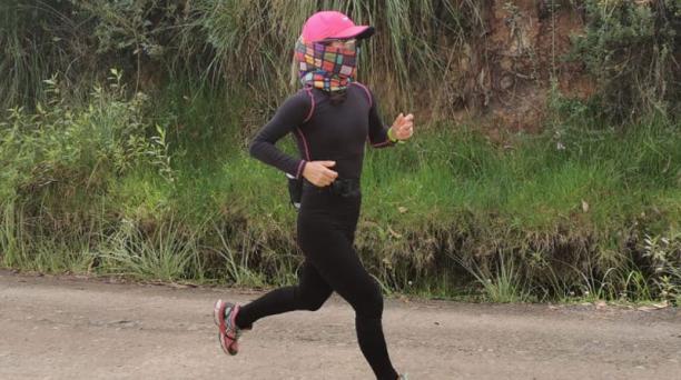 La marchista Paola Pérez se entrenó en el sector de Racar, en Cuenca. El nadador Esteban Enderica acudió a la piscina que es propiedad de la familia, en Cuenca. Cortesías: Paola Pérez y Esteban Enderica