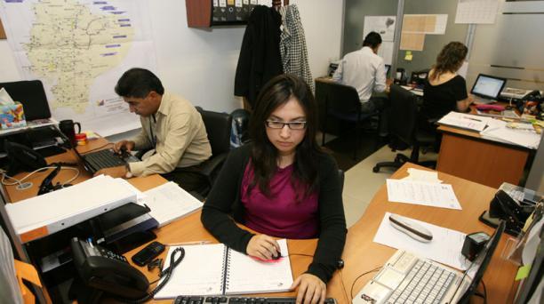 El recorte en el salario de la burocracia será del 16,6% debido a la reducción de dos horas de su jornada laboral. Foto: Archivo/ Julio Estrella/ EL COMERCIO