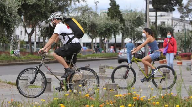 La bicicleta se ha popularizado a escala global debido a que permite respetar la distancia social. Foto: AFP