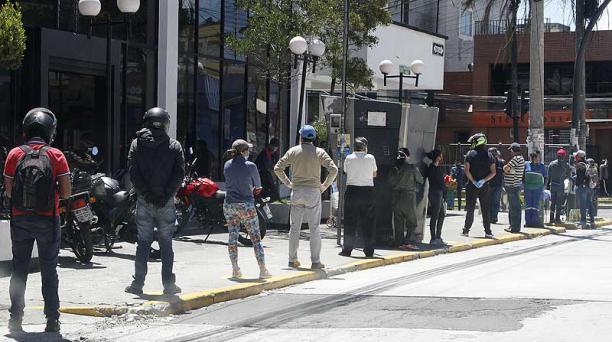 Ciudadanos hacen fila para entrar a un banco ubicado en la avenida Rodrigo de Chávez, en el sur de Quito. Foto: Eduardo Terán / EL COMERCIO