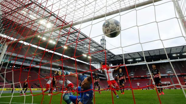 Los jugadores del FC Colonia y Fortuna Dusseldorf se enfrentaron el pasado domingo, sin público, en Alemania. AFP
