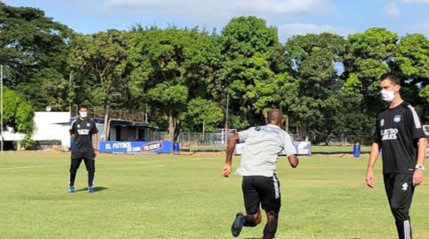 Los jugadores del 'Bombillo' volvieron a entrenarse en la cancha del parque Samanes de Guayaquil. Foto: redes sociales de Emelec
