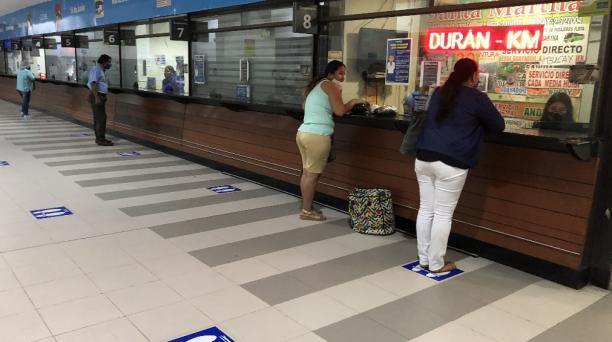 El Terminal Terrestre de Guayaquil empiezó a operar el 5 de junio del 2020 con nuevas normas de bioseguridad. En el sitio operan pocas rutas solo dentro de la provincia del Guayas. Foto: Enrique Pesantes / EL COMERCIO