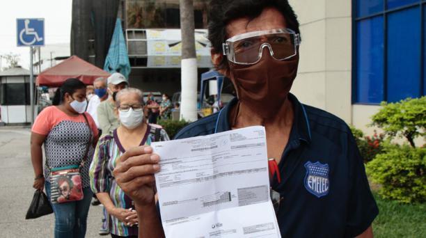 Carlos González hace fila para reclamar por facturas eléctricas en las oficinas de CNEL en La Garzota (Guayaquil). Foto: Mario Faustos / EL COMERCIO