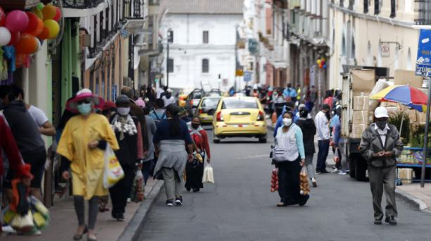 Cientos de personas, entre comerciantes informales y compradores, circularon ayer por la calle Bolívar, en el Centro. Foto: Patricio Terán / EL COMERCIO
