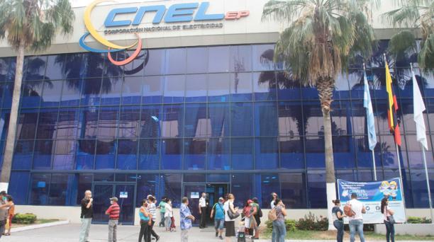 Decenas de usuarios llegaron a las oficians de la CNEL, en Guayaquil, para realizar el reclamo por el alza de tarifas en el consumo eléctrico. Foto: Mario Faustos / EL COMERCIO