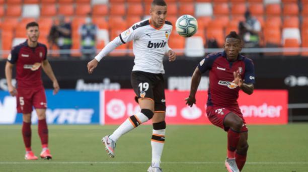 El ecuatoriano Pervis Estupiñán (der.) jugó para el CA Osazuna ante Valencia, este 21 de junio del 2020. Foto de la cuenta Twitter @CAOsasuna