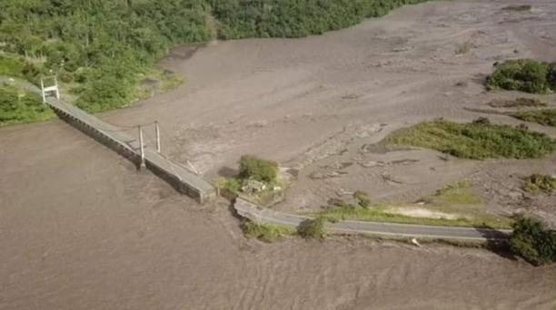 Un tramo vial de la vía Macas-Puyo se desplomó producto de la creciente del río Upano.  Foto: Cortesía del Municipio de Morona.