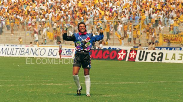 Imagen de Archivo de 1994. Carlos Luis Morales festeja junto a la hinchada un triunfo en Barcelona. Foto: Archivo/ EL COMERCIO