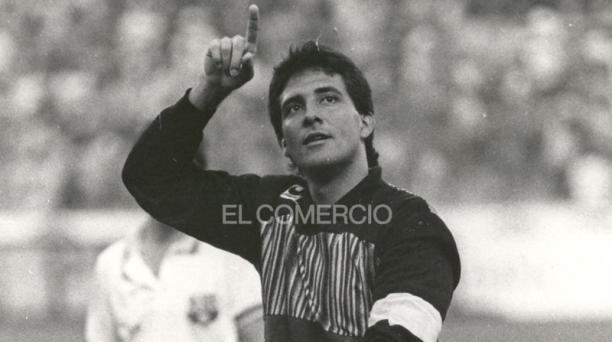 Una imagen de Carlos Luis Morales en 1988, como capitán del equipo canario. Foto: Archivo / EL COMERCIO