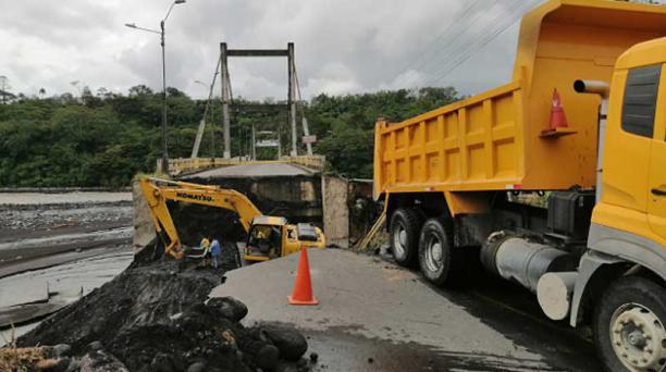 La maquinaria pesada trabaja en la reposición de la estructura de la calzada que colapsó. Foto: cortesía Municipio de Morona