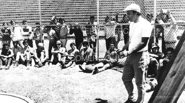 Una imagen de Leonel Montoya con el equipo de Liga de Quito en el estadio de la Universidad Central en 1974, temporada en la que LDU ganó el título. Foto: Archivo histórico / EL COMERCIO