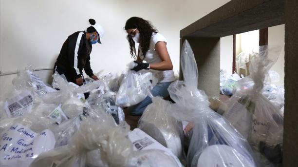 Familiares de personas que se encuentran en la cárcel de Cotopaxi elaboraron kits con insumos de bioseguridad
