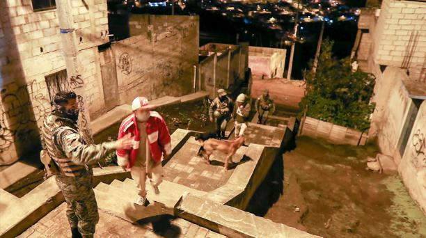 A la 01:24, militares hallan a jóvenes que bebían en la calle, en Atucucho, en Quito.