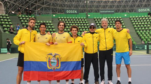 De izquierda a derecha: Roberto Quiroz, Gonzalo Escobar, Diego Hidalgo, Cayetano March, Raúl Viver y Emilio Gómez, tras conseguir el paso a la final de la Copa Davis, en Japón. Foto: FET