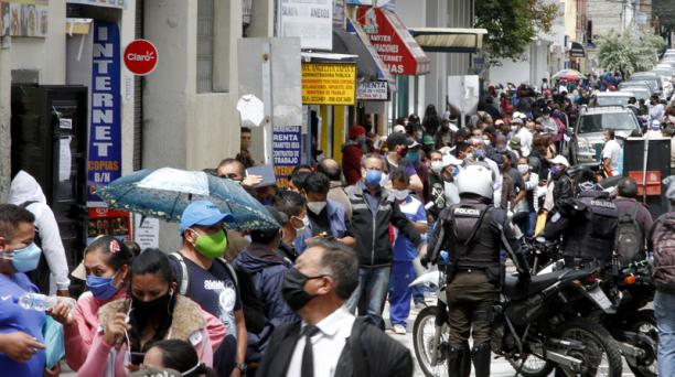 Varias personas hacen una fila para ingresar al IESS y realizar trámites. Foto: Eduardo Terán / EL COMERCIO