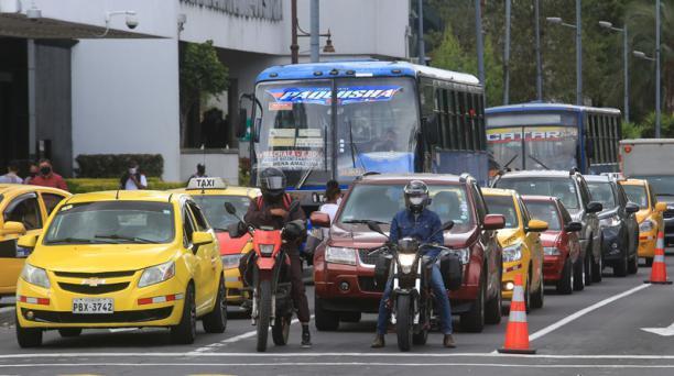 Cientos de vehículos, entre carros particulares, taxis, buses y motocicletas, circularon ayer por la avenida Amazonas, en el norte de Quito. Foto: Diego Pallero / EL COMERCIO