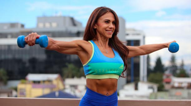 Este ejercicio consiste en subir y bajar los brazos para activar los músculos de los hombros