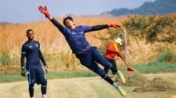 Édison Recalde se esfuerza para atajar el balón. Samuel Baptista lo mira, en una práctica del 9 de Octubre, anteayer. Twitter:@9deoctubrefc