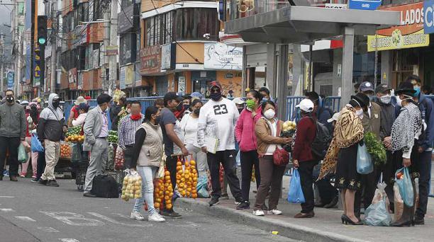 En el mercado Las Cuadras (en el sur), las ventas informales continuaron ayer, 5 de julio del 2020. Foto: Eduardo Terán / EL COMERCIO