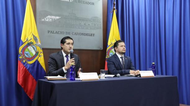 El ministro de Finanzas, Richard Martínez, y el secretario de la Presidencia, Juan Sebastian Roldán, en la rueda de prensa de este lunes 6 de julio del 2020. Foto: Cortesía Secom