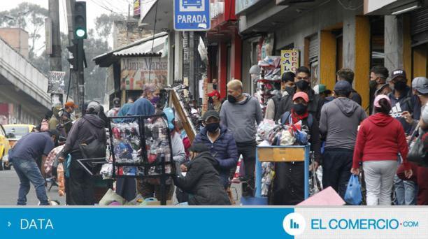 Ventas informales y aglomeraciones en calles y paradas de buses en el sur de Quito el 4 de julio del 2020. Foto: Eduardo Terán / EL COMERCIO