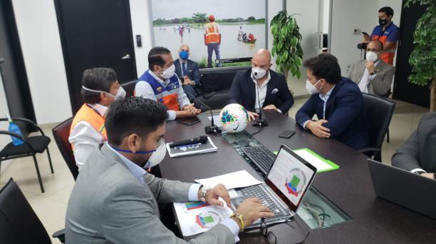 Miguel Ángel Loor junto a los representantes del COE Nacional en la presentación del protocolo para reanudar el campeonato de fútbol. Foto: Cortesía LigaPro